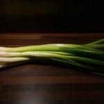 Evo zašto treba jesti mladi luk, a posebno zeleni deo koji mnogi odbacuju